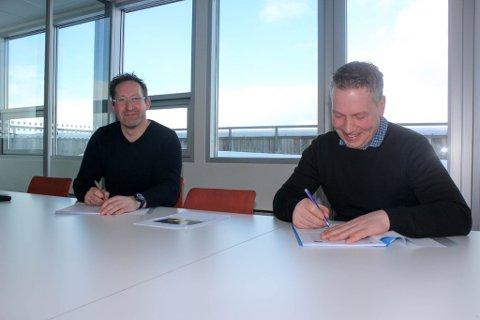 GODT HUMØR: Daglig leder i Finnsnes Dykk & anleggservice AS Keneth Larsen (t.h.) og regiondirektør i Grieg Seafood Finnmark, Vidar Aamo Nikolaisen, er fornøyde med at deres samarbeid nå skal vare i noen år til.