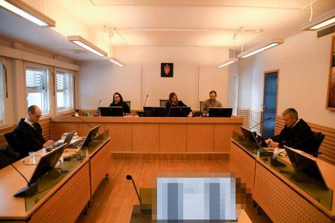 I RETTEN: Rettens administrator Elisabeth Ranum (i midten),  meddommnerne Vera Simonsen og Tor Kyrre Olsen, aktor Julius Suhr Hemminghyth (til venstre) og forsvarer Kjetil Hugo Nilsen.