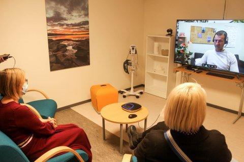 SNAKKET MED HAMMERFEST: Administrerende direktør iFinnmarkssykehusetHF, Siri Tau Ursin, demonstrerte hvordan en legekonsultasjon kan se ut. Overlege ved ortopedisk avdeling vedHammerfestsykehus, HoumanCharani, satt i Hammerfest.