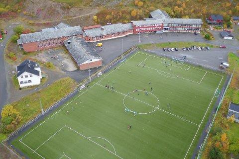 HER BLIR NYE SKOLEN LIGGENDE: fotballfolket i Båtsfjord har ikke noe imot at det bygges ny skole på fotballbanen like ved gammelskolen (bildet). Men de krever en fullverdig erstatning.