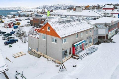 TIL SALGS: Dette næringsbygget med leiligheter, «Sisa-bygget», i Bossekop i Alta er til salgs for 6,8 millioner kroner.