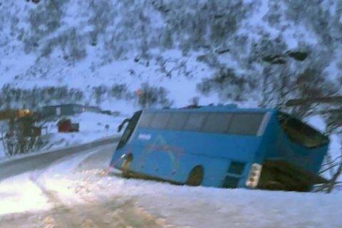 Buss fra Boreal havnet i grøfta og trengte bilberging torsdag 25. mars 2021.