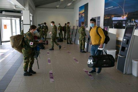 TO METER: Soldatene som sjekket inn fredag formiddag var flinke å overholde regelen om to meters avstand.