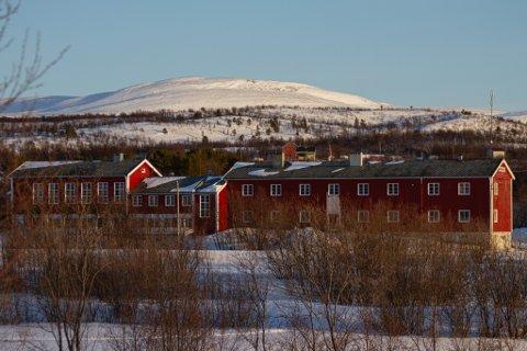 EN NY START: Det gamle skolebygget i Børselv er opprinnelig fra 1952, nå håper lokale krefter å skape mer aktivitet og liv i bygda når et lokalt aksjeselskap tar over bygget.