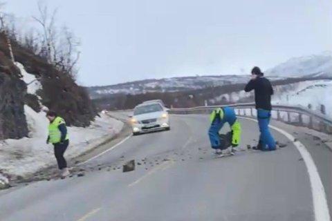 Her rydder Anja Nicolaisen, Line Israelsen og Noah Nicolaisen E6 etter at det har gått et ras over veien.