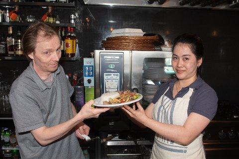 THAILANDSK: En thailandsk rett fra kokk Asanlaya Pedersen til servitør Edd Børre Pedersen. Med puben Åpen Krane har de skapt et nytt tilbud i Breivikbotn.