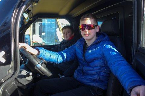 FORNØYDE ARBEIDSKARER: Kristoffer (14) og Kim Rune Pettersen (16) jobber begge i familiebedriften Stein Design. De har kjøpt en egen firmabil, som guttene kan bruke både på jobb og på fritiden.