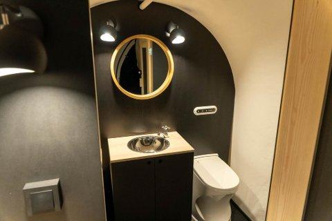 PÅ INSIDEN: Slik ser doligense-toalettet ut innenfor teltduken.