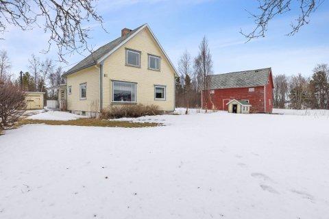 LAGT UT FOR SALG: Thomasbakkveien 81 består av både hus, fjøs og garasje, men det er eiendommen som er grunnen til at den er taksert til 11.500.000 kroner.