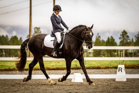 FÅR EN NY ARENA: Mathilde Ellila er en av rytterne i Alta som vil kunne nyte godt av det planlagte ridesenteret på Aronnes.