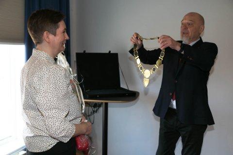 KJEDE: Lena Norum Bergeng får ordførerkjedet fra Rune Gjertin Rafaelsen.
