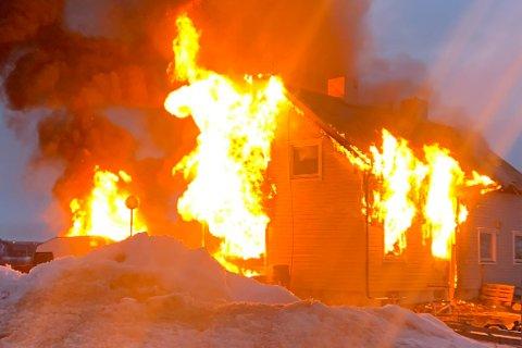 OVERTENT: Flammene stakk ut av vinduene.