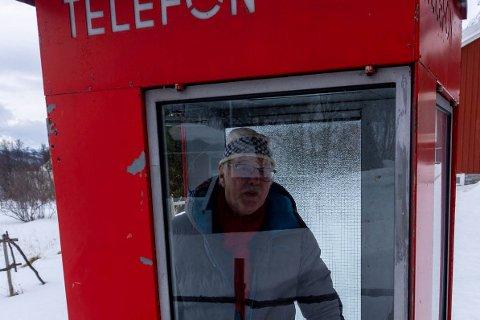 IKONET: I hagen, utenfor hytta, har Even Lund satt en gammel og ikonisk, rød telefonkiosk. Inne har han også et gammelt myntapparat som han skal sette inn der. Da er den komplett.
