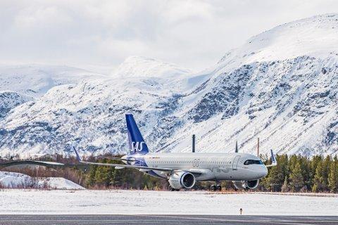 FØRSTE GANG I LAKSELV: Tirsdag kunne reisende mellom Oslo og Lakselv fly med SAS nye Airbus A320 neo. Flyet erstatter sliteren Boeing 737, som har vært SAS varemerke.