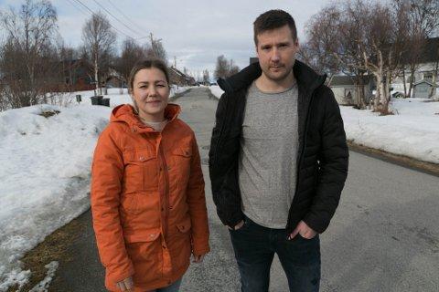 FRUSTRERT: Hanne Rognmo og Dan Michael Randa er både frustrert, redd og sint for at det ennå ikke er kommet fartsdempere i Åsveien, der de bor.
