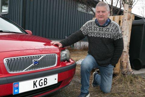 KGB: Knut G. Breivik sier det ikke er tilfeldig at han kjører rundt med etterretningen til Russland på bilskiltet.