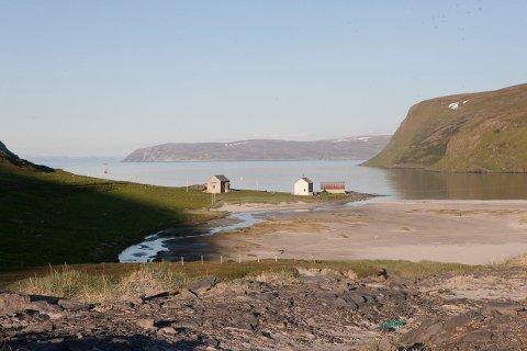 EIDEGÅRDEN: Eiendommen strekker seg fra Akkarfjordbotn og over et fjellområde der Sørøya er på sitt smaleste.