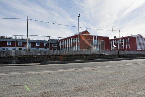 TIL SALGS: Denne fullt funksjonsdyktige skolen i Kvalsund skal selges. Prisen kan bli så lav som en million kroner om kjøperen kan bruke bygget for å skape vekst i bygda. Den første permanente skolen etter krigen var den lave bygningen til venstre på bildet. Resten kom på 1960-tallet.