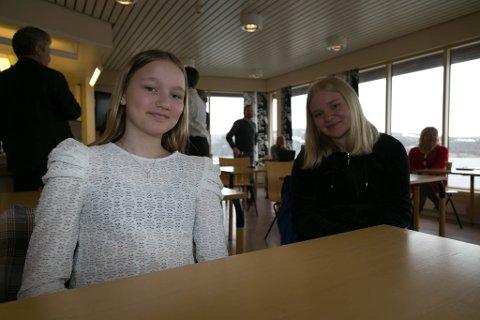 MOT-ELEVER: Emma Stunes (til venstre) og Hannah Koi Ryeng har stor tro på at det vil være bra at Kirkenes skole blir MOT-skole.