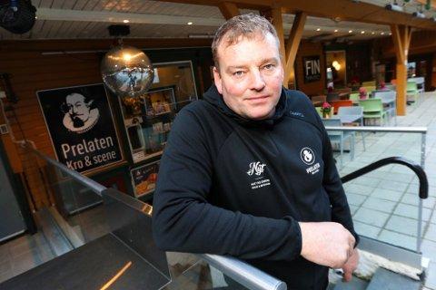 SMITTESPORING: Daglig leder på Prelaten, Arthur Mack, jobber sammen med smitevernteamet i Tromsø lørdag.