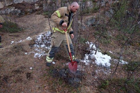 SLUKKET EN LYNGBRANN: Brannvesenet i Alta måtte i pinsehelgen rykke ut til en lyngbrann ved et bebodd område. De fikk raskt kontroll på brannen.