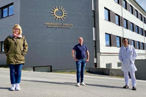 ÅPNER LITT: Tone Dagsvold, fungerende avdelingsleder ved akuttavdelingen ved Hammerfest sykehus, Bjørn Wembstad, overlege og avdelingsleder på medisinsk avdeling og Uwe Agledahl, som er avdelingsleder for kirurgi og ortopedi.