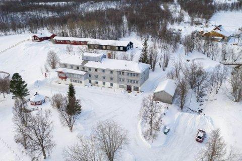 SOLGT: Tidligere Kåfjord sykehjem, utenfor Alta, med tilhørende tomt med enebolig og hybelbygg (i bakgrunnen) ble lagt ut for salg. Nå er det solgt.
