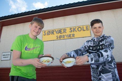 FISK PÅ MENYEN: Elevene på Sørvær skole får varm lunsj hver dag. Fiskeretter er oftest på menyen. Her viser Kasparas Cybas og Nojus Samas fram chateugryte med sei som hovedingrediens.