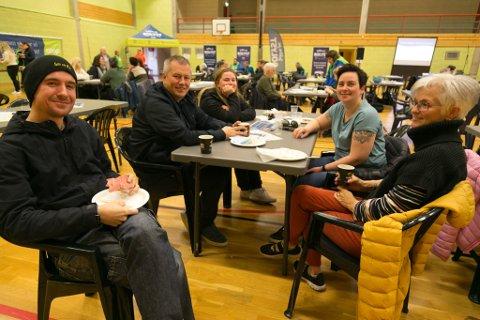 ORDFØRERBORDET: Også ordførere må ha frokost. Her Båtsfjord-ordfører Ronald Wenaas sammen med Stig-Ove Eriksenm Thea Grønberg, Majken Holmgren og Jorild Nylund.