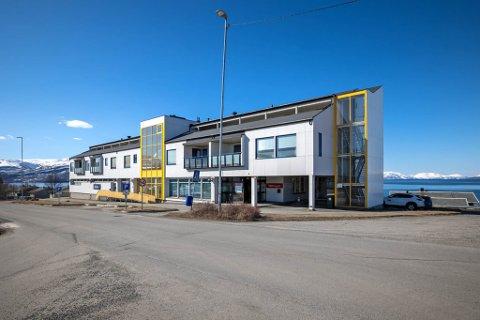 TIL SALGS: Alma Halses vei 1 / Sorenskriverveien 36 i Bossekop i Alta er til salgs.