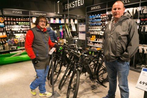 SYKKEL: Bjørn Johanen (til høyre) måtte belage seg på en lang ventetid da han leverte inn felgen på sykkelen sin til butikksjef Fredrik Wollan ved Intersport Hesseng.