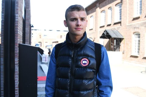 Jonas Hermansen (21) har aldri hatt Tinder. Likevel dukket bilder av Jonas opp på en Tinder-konto, som en «Adam 20» sto bak.