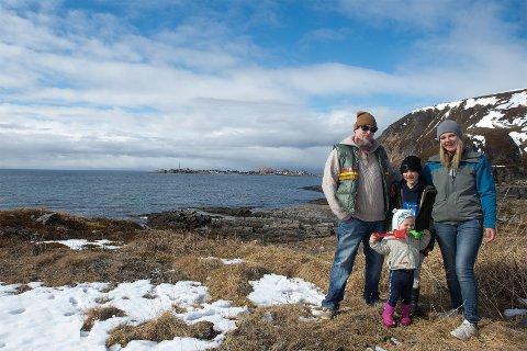 I HAVGAPET: Familien fra Slovakia, som er helt uten kystlinje, storkoser seg i havgapet på Sørøya. Her med storhavet og Sørvær i bakgrunnen.