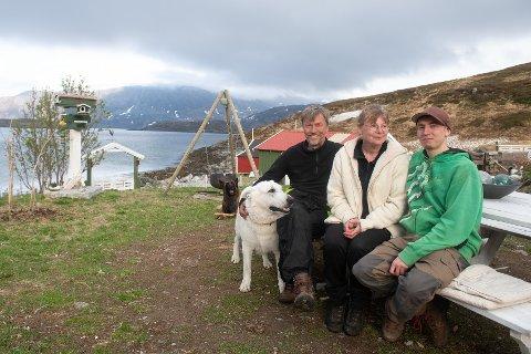 RO: Fem som trives på Gammelgård i Dønnesfjord. Fra venstre: Riđđu, Dálvi, Arnfinn, Mette og Tor-Vegard Roland.