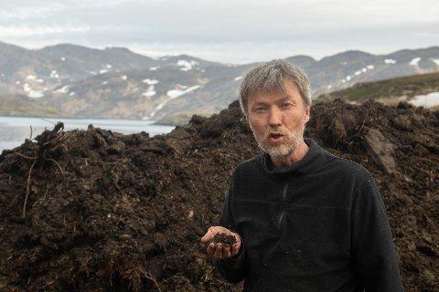 KOMPOST: Arnfinn Roland viser fram kompostjord laget av eksisterende jord, grisens avføring (nitrogen) og tilført treflis (karbon), og forklarer at for hver del nitrogen må det tilføres 20-30 ganger så mye karbon.