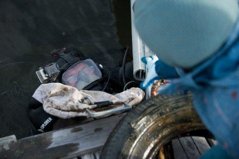 Adelen (4) gir bestefar Jon Røkenes et tomt fangstnett som han kan fylle med mer søppel.