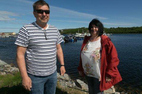 BEKYMRET: Mette Nilsen og Bjørn Erik Rognmo er bekymret for at det skal skje noe med ungene som oppholder seg i småbåthavna.