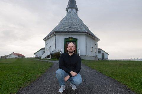 HJEMMEBANE: Det er stort for Mikael Pedersen Jacobsen å spille på hjemmebane i Hasvik kirke. - Det er helt rått! Helt magisk! Det er veldig fint å spille i kirka, forteller han.