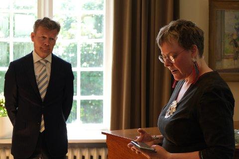 HOLDT TAKKETALE: Gunn-Britt Retter snakket om urfolkskunnskap i sin takketale til ambassadør Mikael Antell.