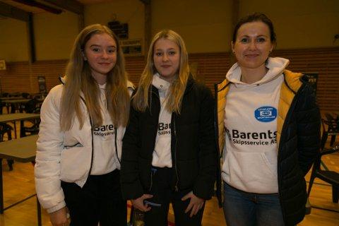 ENGASJERENDE: Foredraget til Roger Finjord ga både engasjement og inspirasjon, mener Szantal Szylobryt, Julia Myren og Evgenia Myren i svømmeklubben.