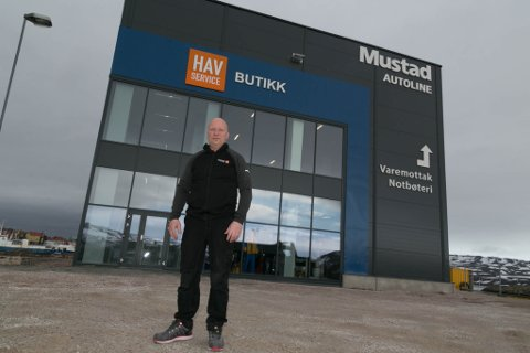 BYGGET: Markedsansvarlig Svein Arne Ananiassen blir liten foran det nye bygget.