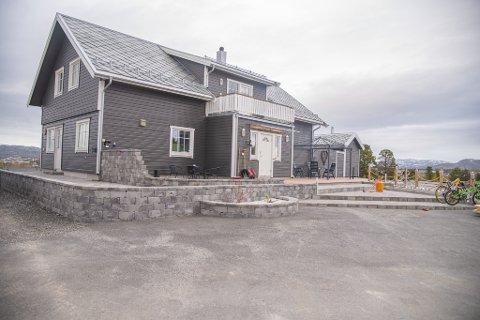Stig Kjetil har selv pyntet huset og hagen sin, og resultatet er blitt meget bra! Foto: Krister Sandaker Tårn/Kronstadposten