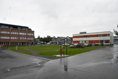 A4: På denne tomta A4, på Alta Sentrum, der Sentrumsbygget (til høyre) også ligger, vil Habil Utbygging AS bygge et hotell med åtte etasjer.