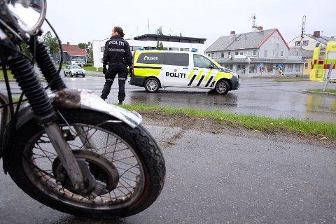 SENDT TIL LEGEVAKTA: En eldre mann på motorsykkel ble fraktet til legevakta etter kollisjon.