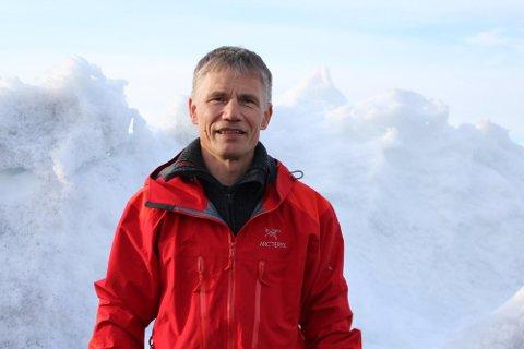 SPESIALISER JOBB: Frode Johnsen (58) er blant flere som har en spesialisert jobb. Han er flygeleder ved Høybuktmoen, Kirkenes lufthavn. Går ting som planlagt for Avinor, vil arbeidsplassen til Johnsen være flyttet til Bodø innen slutten av 2022.