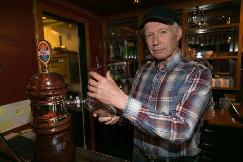 PUB-EIER: Sigmund Bjerk har drevet puben Skuta i Havnegata i Båtsfjord siden 1994.