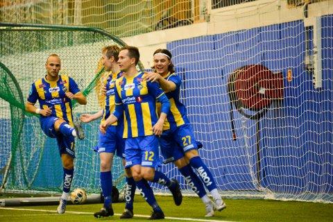 ALTA IF-JUBEL: Håvard Nome scoret Alta IFs første mål, mens Morten Gamst Pedersen avgjorde kampen med sitt 2-1 mål på straffe,