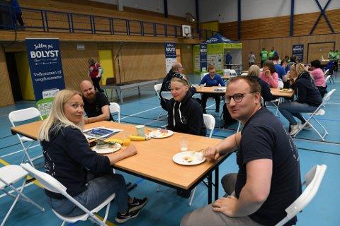 PÅ FROKOST: Daglig leder Anders Bongo-Wiik (til høyre)  i Arctic Lavvo tok med seg alle sine ansatte til idrettshallen. Her sammen med Marit Aune Buljo (til venstre) Espen Karlsen og Berit Ellen Anne Bals.