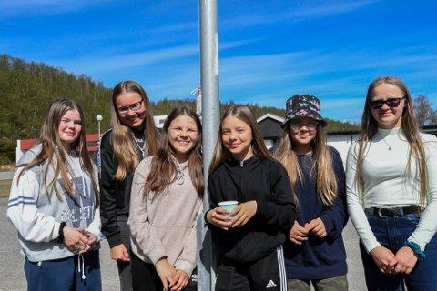 FINT: Elevene Ane Marita I. Eira (14, fra venstre), Máret Iselin Eira (13), Karen Johanne P. Eira (14), Inga Ragnhild Sara (12), Elle Biret Eira Hætta (12) og Elle Májja Eira (16) på Máze skole synes det er fint å bo i Máze.