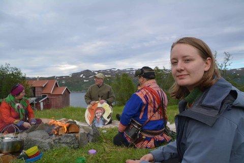 TELTLEIR: Therese Hugstmyr Woie i teltleiren som aksjonister har satt opp tett på stedet der Nussir har planlagt anleggsstart for gruva i sommer.